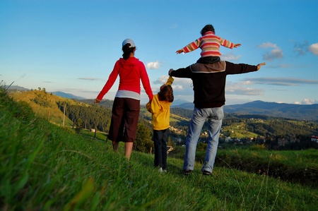 travel family: Familia de cuatro de sus vacaciones en las monta�as Foto de archivo