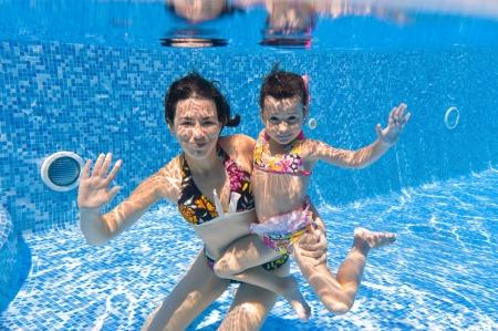 splash pool: Submarina sonriente familia en piscina Foto de archivo