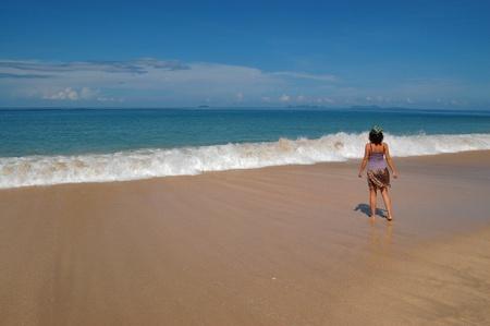 soltería: Mujer en la hermosa playa tropical