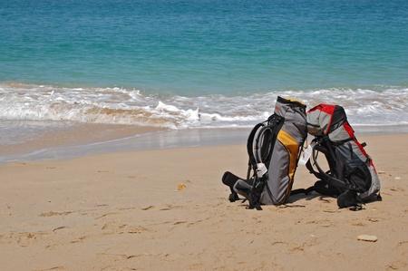 열 대 해변에 두 개의 배낭