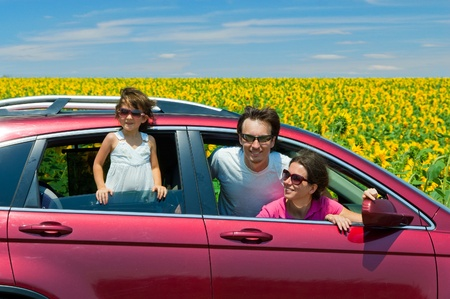 Rodinná dovolená. Rodiče s dítětem v autě výlet