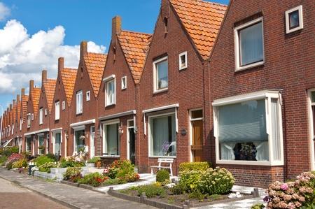 rij huizen: Typisch Nederlands eengezinswoningen. Moderne architectuur in Nederland