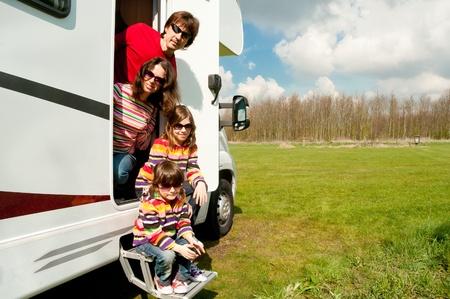 motorhome: Vacanza in famiglia in campeggio Happy genitori attivi con la corsa i bambini per la famiglia camper divertirsi in prossimit� del loro viaggio di vacanza Primavera camper con i bambini