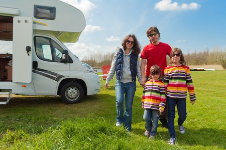 motorhome: Vacanza in famiglia in campeggio Happy genitori attivi con bambini viaggi per la famiglia camper che ha divertimento in prossimit� del loro viaggio di vacanza di primavera camper con i bambini