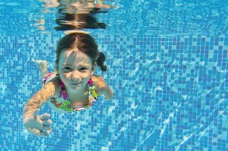 Usměvavé dítě pod vodou v bazénu, krásné dívky plave a baví děti Sport na rodinné letní dovolená Aktivní zdravou dovolenou
