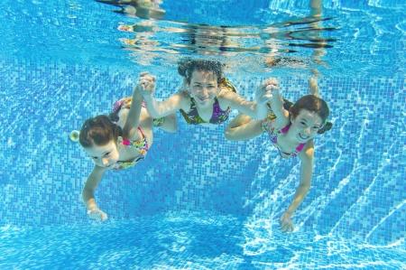 Usmívající se rodina pod vodou v bazénu Matka a děti plavat a baví děti sportu na rodinnou letní dovolenou Aktivní zdravý dovolená