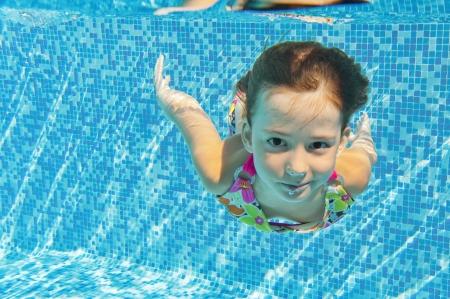 Glücklich lächelnde Unterwasser Kind im Schwimmbad