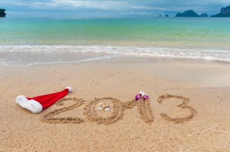新しい年 2013年とクリスマス ビーチ休暇や休日コンセプト 2013 熱帯浜の砂に書かれました。 写真素材