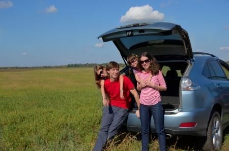 夏休み、幸せな両親の子供たちと楽しい旅行の家族の車の旅。自動車保険のコンセプト