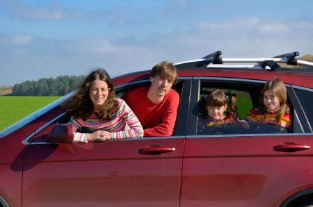 Familie Autofahrt in den Urlaub, glückliche Eltern reisen mit Kindern und Spaß Autoversicherung und Feiertag Konzept Standard-Bild