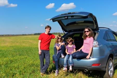 夏休み子供楽しんで保険の車の概念との幸せな親旅行の家族の車の旅