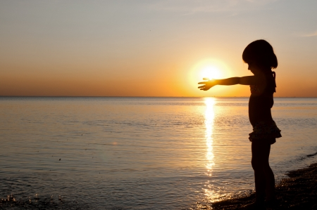 kind silhouet: Kind silhouet op zonsondergang strand, zomer zee vakantie