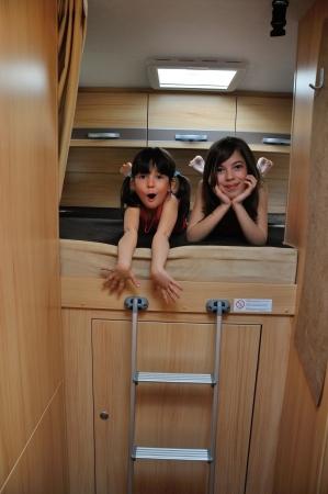 Šťastný úsměv děti cestují na karavanu