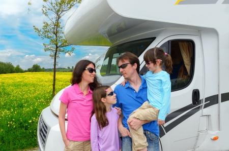 休日の旅行で子供たちと幸せな親