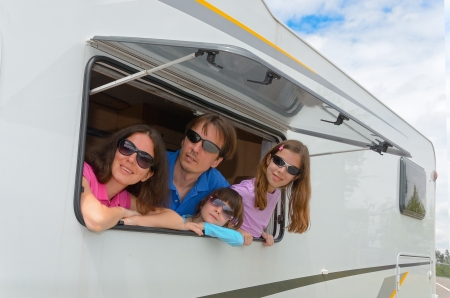 家族での休暇、RV のキャンパー、キャンピングカーでの休暇旅行で子供たちと幸せな親の子供たちと旅行します。 写真素材