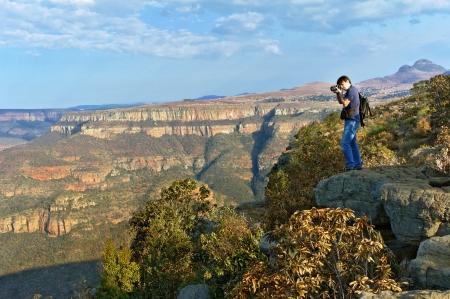 Fotograf přičemž foto krásným výhledem na kaňon řeky Blyde, přírodě Jižní Afriky Reklamní fotografie