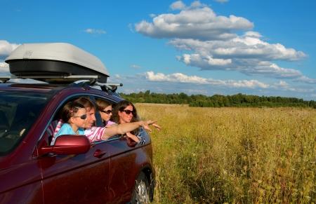 Viaje del coche en vacaciones de la familia, los padres felices y niños viajar y divertirse, el concepto de seguro de automóvil