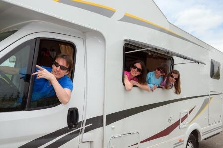 familia viaje: Viajes en familia en la casa rodante RV de vacaciones, felices padres y ni�os que se divierten cerca campista Foto de archivo