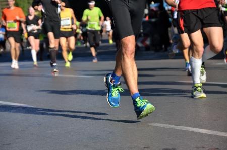 Marathon běžecký závod, lidé nohy na silnici, sport, fitness a zdravého životního stylu koncept