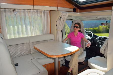 Žena v obytném interiéru RV, rodinné cestování a dovolená Reklamní fotografie