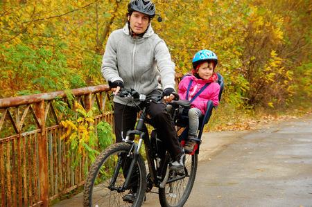 niños en bicicleta: Padre e hijo en la bici, ciclo en el parque otoño