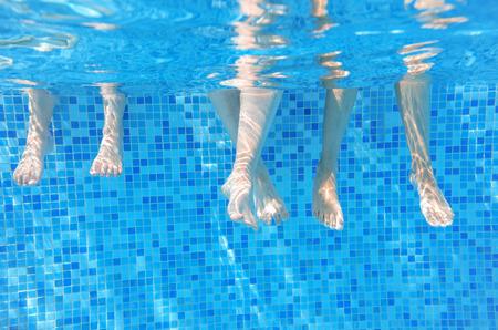 Lustige Unterwasser-Familie Beine im Schwimmbad, Urlaub und Sport-Konzept Standard-Bild - 35666153