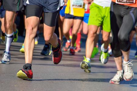 maraton: Marat�n de carrera a pie, la gente los pies en el camino, deporte, fitness y el concepto de estilo de vida saludable Foto de archivo
