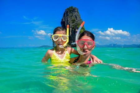 Rodinná dovolená, matka a dítě šnorchlování v moři v Thajsku