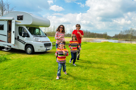 Rodinná dovolená, RV (táborník) cestujete s dětmi, šťastní rodiče s dětmi na dovolenou výlet do karavanu