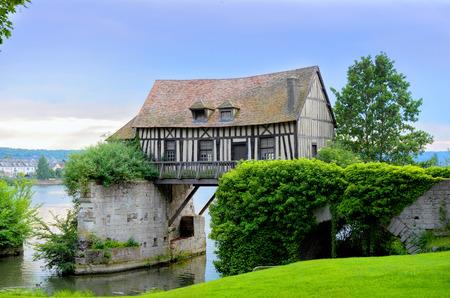 molino de agua: Antiguo molino en el puente, el río Sena, Vernon, Normandía, Francia