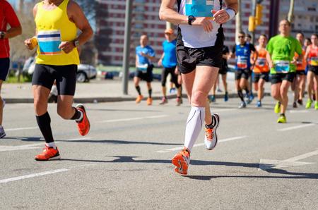 마라톤 달리기 경주, 도로, 스포츠, 피트니스 및 건강한 라이프 스타일 개념에 발을 주자 스톡 콘텐츠