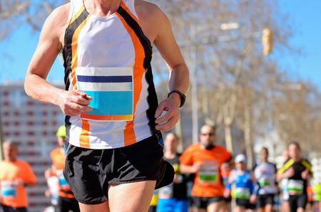 razas de personas: Marat�n corriendo la carrera, los corredores en el camino, deporte, fitness y concepto de estilo de vida saludable