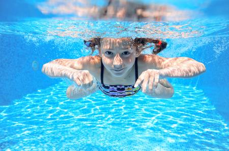 Bonne fille nage sous-marine dans la piscine, piscine d'enfant actif, jouer et se amuser, le sport les enfants de l'eau