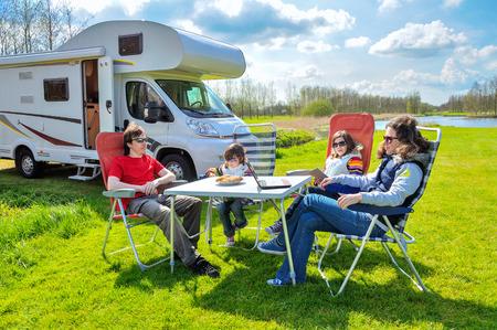 Rodinná dovolená RV táborník cestování s dětmi Šťastní rodiče s dětmi na dovolenou výlet do motorhome Reklamní fotografie