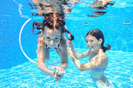 Glückliche Kinder schwimmen im Pool unter Wasser, Mädchen schwimmen, spielen und Spaß, Kinder, Wassersport Standard-Bild - 42906785