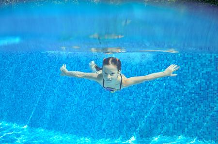 natacion: Niño feliz bajo el agua activa nada en piscina, natación hermosa niña sana y divertirse en vacaciones de verano familia, niños deporte