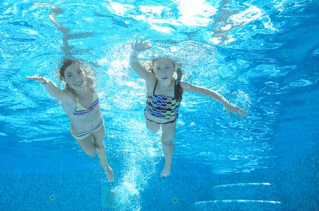 Enfants nager dans la piscine sous l'eau, les filles actives heureux avoir du plaisir dans l'eau, les enfants sport vacances en famille
