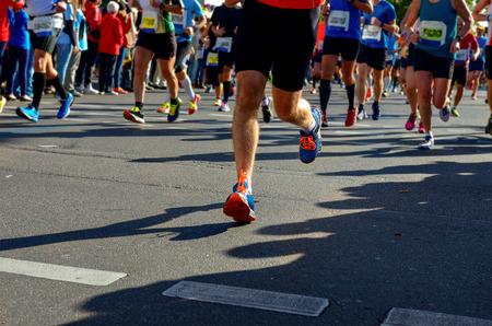 coureur: Marathon course consécutive, les coureurs pieds sur la route, sport, fitness et le concept de mode de vie sain