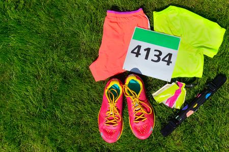 zapatos para correr, babero carrera de maratón (número), los corredores se preparan geles de energía y en el fondo de hierba, deporte, aptitud y el concepto de estilo de vida saludable
