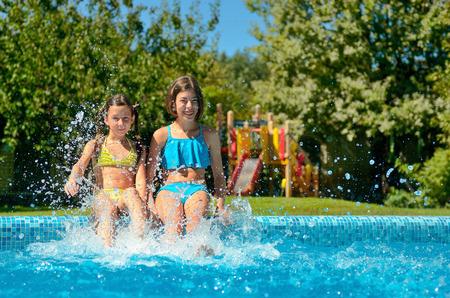 Sommer-Fitness, Kinder im Schwimmbad Spaß haben und Spritzen im Wasser, Kinder auf Familienurlaub