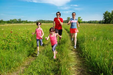 Familia de fitness al aire libre, los padres con niños que activa en parque, correr y estilo de vida saludable