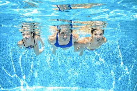 Famille nage dans la piscine sous l'eau, la mère et les enfants actifs heureux avoir du plaisir, fitness et le sport avec les enfants sur les vacances d'été