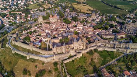 카르카손 중세 도시와 요새 성 위에서 Sourthern 프랑스의 공중 상위보기 스톡 콘텐츠
