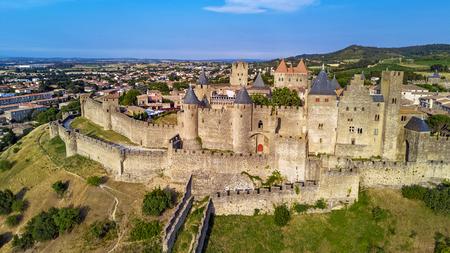 Vista aerea superiore della città medievale di Carcassonne e castello della fortezza dall'alto, Sourthern France Archivio Fotografico - 81282598