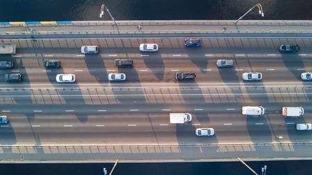 Luchtfoto van brugweg automobiel verkeer van veel auto's, vervoer concept