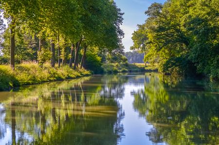 Canal du Midi, platanenbomen weerspiegeling in water, Zuid-Frankrijk