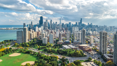 Chicago skyline aerial drone view from above, lake Michigan and city of Chicago downtown skyscrapers cityscape from Lincoln park, Illinois, USA 版權商用圖片