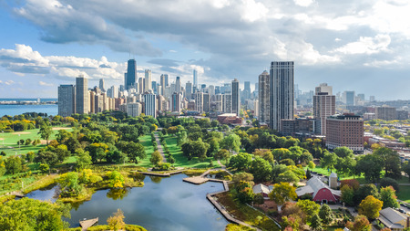 Chicago skyline aerial drone view from above, lake Michigan and city of Chicago downtown skyscrapers cityscape from Lincoln park, Illinois, USA Banque d'images