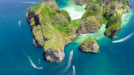 Aerial drone view of tropical Ko Phi Phi island, beaches and boats in blue clear Andaman sea water from above, beautiful archipelago islands of Krabi, Thailand 免版税图像