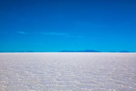 Paysage du Salar de Uyuni en Bolivie recouvert d'eau, désert plat de sel et reflets du ciel